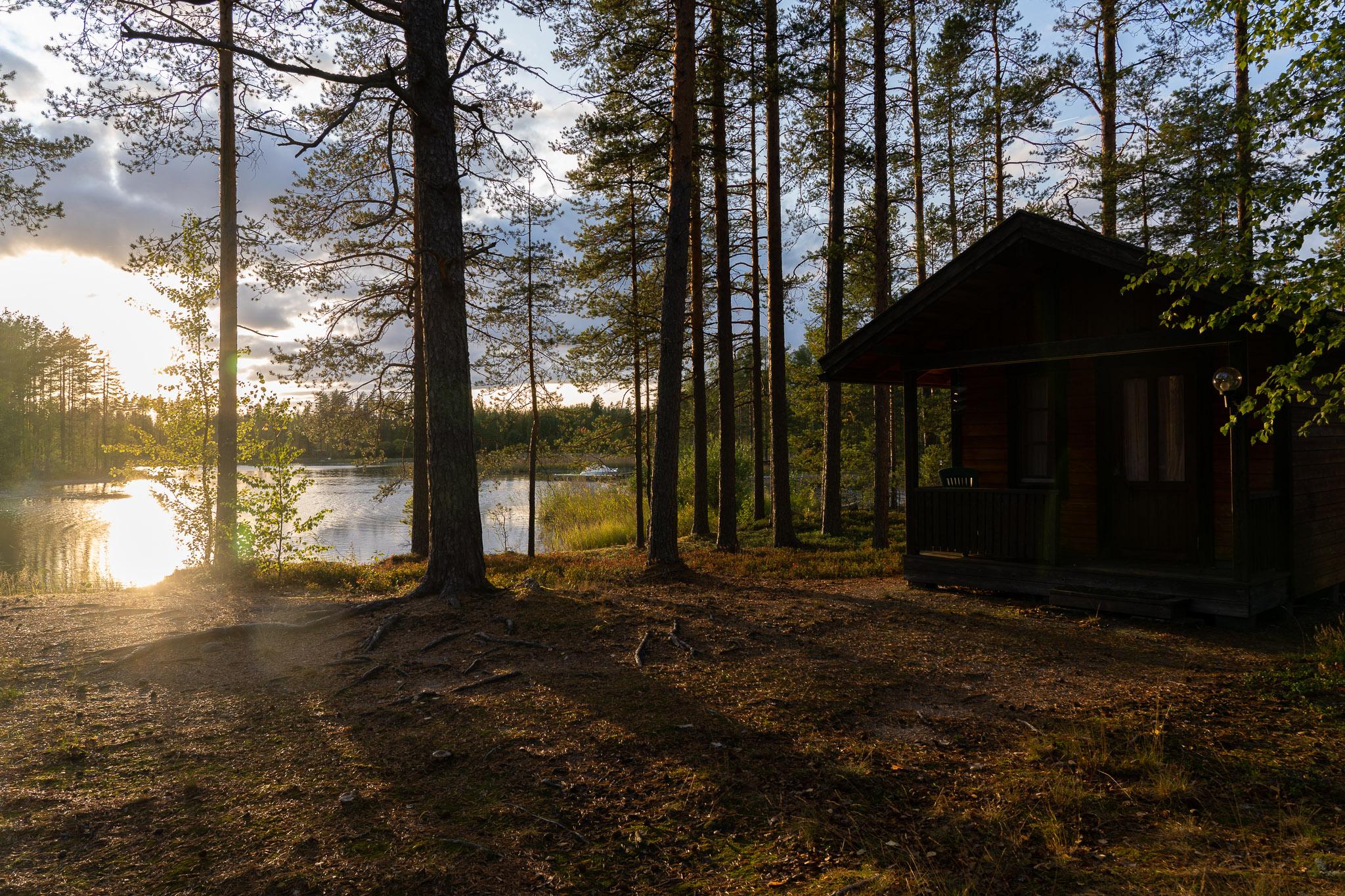 Sonnenuntergang neben Holzhäuschen