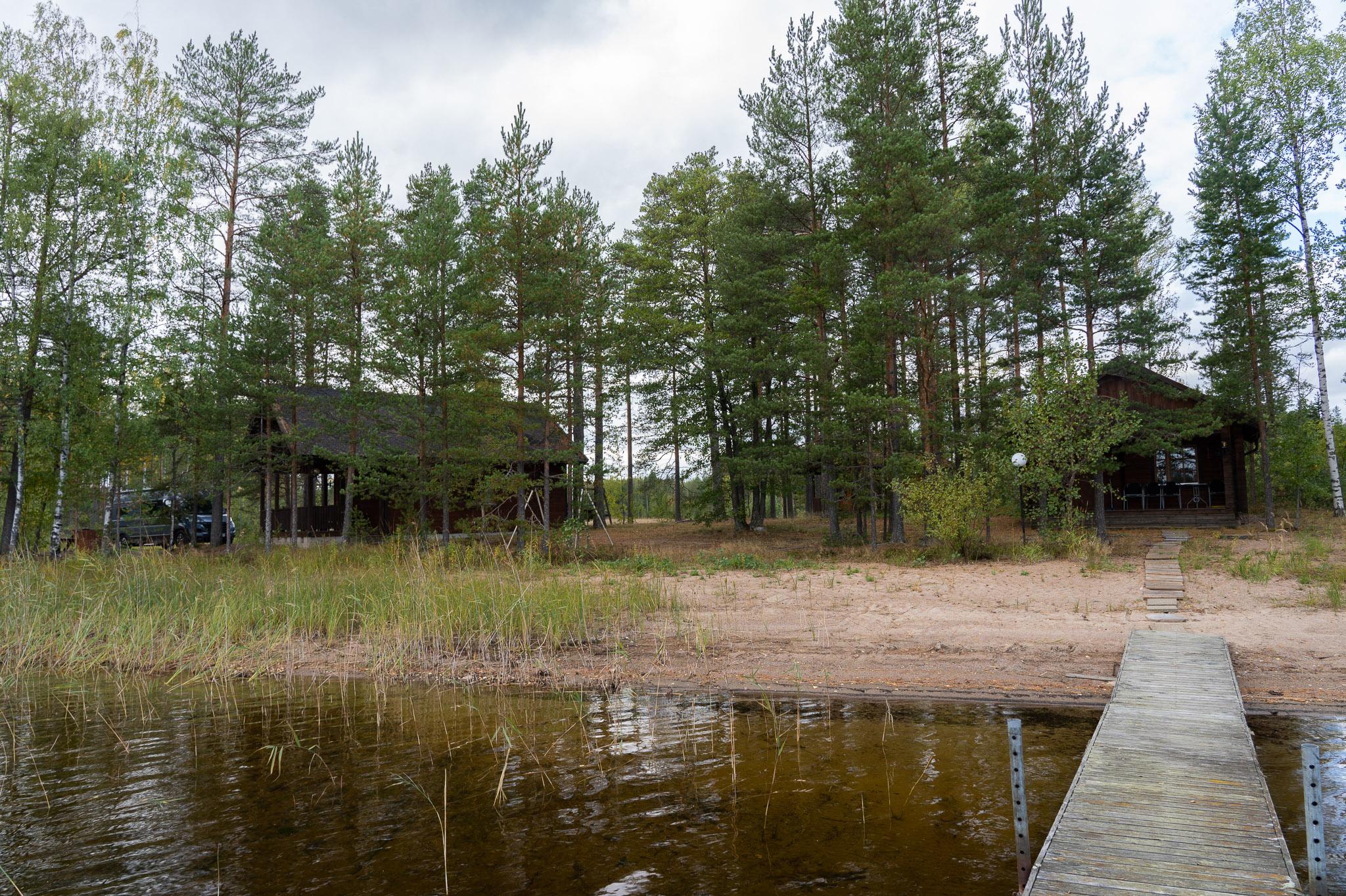 Wohnhaus (l) und Sauna (r)