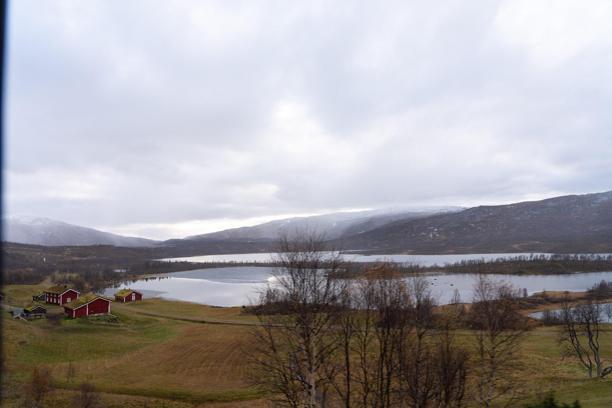 halb zugefrorene Seen